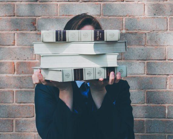 Djevojka s knjigama