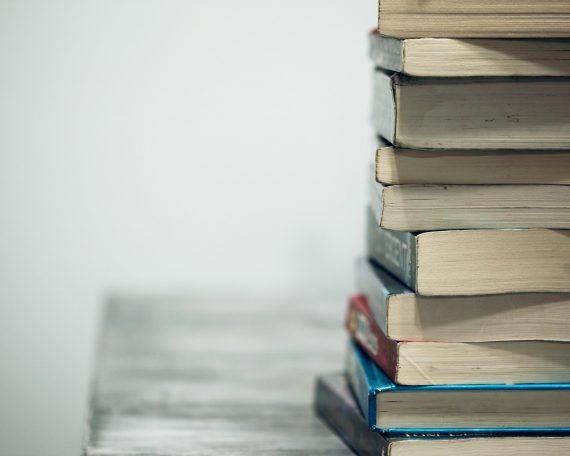 Knjige na stolu.